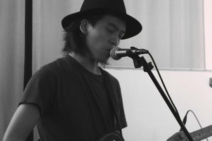 【專訪】帶著口罩的幽靈:Adrian Lo關於香港的新碟《Absentee》